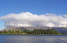 Lago Wakatipu e as Montanhas Remarkable, em Queenstown, Nova Zelândia. Com um comprimento de 80 quilômetros, é o mais longo lago da Nova Zelândia, e o terceiro maior, com uma área de 291 km².   Fotografia: Donaldytong.