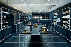 Designed by Japanese architecture duo JP architects, Tokyo based Le Mistral gift shop is an impressive exercise in applied geometry, literally. Japan Design, Tokyo Design, Design Shop, Store Design, Design Commercial, Commercial Interiors, Cabinet D Architecture, Interior Architecture, Florence Apartment