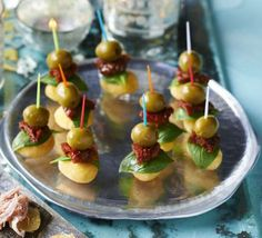 Roasted gnocchi, sundried tomato & olive stacks Ready made gnocchi make a perfect base for a bite-sized canapé that's easy to make and perfect for a party platter or casual nibble with drinks Christmas Nibbles, Christmas Canapes, Christmas Buffet, Christmas Party Food, Vegan Christmas, Gnocchi, Tapas, Antipasto, Veggie Cheese