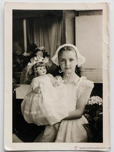❤️ Beautiful little with such a sweet expression on her face in her nurse uniform with her doll. El Desván de Bartleby C/. Vintage Children Photos, Vintage Girls, Vintage Pictures, Vintage Images, Precious Children, Beautiful Children, Girl Photos, Old Photos, Old Photography