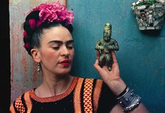 Nickolas Muray, Frida with Olmeca Figurine, Coyoacán, 1939