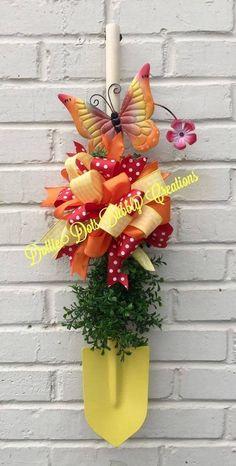 Wreath Crafts, Diy Wreath, Deco Mesh Wreaths, Door Wreaths, Summer Crafts, Diy And Crafts, Diy Spring Wreath, Holiday Wreaths, Easter Crafts