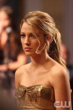 Serena van der Woodsen- golden hair and dress