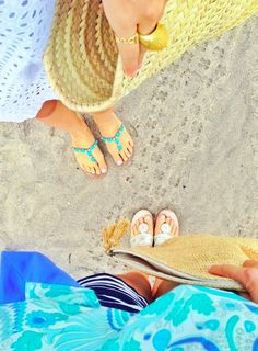 Feel the sand beneath your toes! Beach Blonde, Beach Attire, Pattern Mixing, Summer Of Love, Hijab Fashion, Straw Bag, Stripes, My Style, Bags