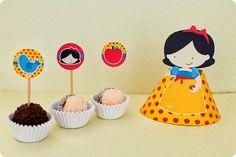 Festa Pronta - Branca de Neve - Tuty - Arte & Mimos Que tal usar esta inspiração para a próxima festa? Entre em contato com a gente! www.tuty.com.br #festa #personalizada #party #bday #birthday #tuty #branca #neve #SnowWhite #Happy #love #party #Bday #Cute Snow White, Cake, Party, Desserts, Blog, Topper, Scrap, Ideas, Fiestas
