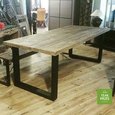 Mooie teakhouten eettafel met stalen frame.