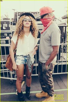 beyonce shares personal coachella photos 01 Beyonce lets her curly hair out while posing with her hubby Jay Z in these personal Tumblr photos from her time at the 2014 Coachella Music Festival on Saturday…