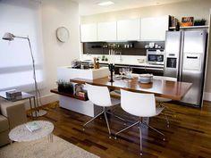 O arquiteto Ricardo Miura optou pela integração da cozinha com a sala para ganhar mais espaço: o cooktop fica na ilha ao lado da mesa de jantar e o forno elétrico foi alojado ao lado da pia.