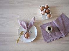 A selection of simple DIY decor you can make depending on what you have in your own home to get a little Easter feeling Egg Decorating, Decorating Your Home, Simple Diy, Easy Diy, Diy Osterschmuck, Diy Easter Decorations, Clear Vases, Linen Napkins, Own Home