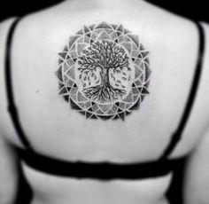 Joli tatouage arbre de vie mandala sur le dos https://tattoo.egrafla.fr/2016/02/17/modele-tatouage-arbre-vie/