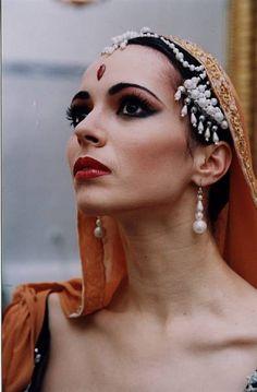 Diana Vishneva Ballet Makeup, La Bayadere, Grace Beauty, Russian Ballet, Ballet Fashion, Ballet Costumes, Loose Hairstyles, Interesting Faces, Just Dance