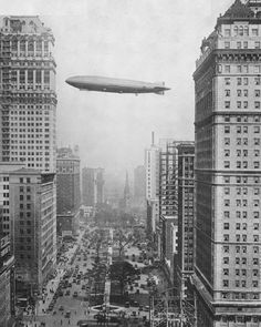 The airship 'Los Angeles' flies over Washington Boulevard. Detroit, NY Times - So dieselpunk! Old Pictures, Old Photos, Vintage Photographs, Vintage Photos, Photographie New York, Detroit History, Inspiration Art, Detroit Michigan, Detroit Usa