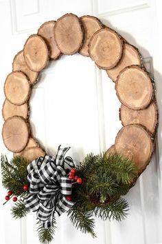 DIY Wood Slice Wreath of - christmas dekoration Christmas Wood Crafts, Homemade Christmas, Christmas Projects, Holiday Crafts, Christmas Wreaths, Holiday Decor, Winter Wood Crafts, Christmas Ideas, Wooden Christmas Decorations