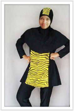 Kode: BRMD201418, Harga: IDR 285.000. Baju renang muslimah dewasa dengan desain longgar berwarna dasar hitam kombinasi warna kuning dengan motif abstrak. Model baju dan celana renang terpisah, dilengkapi jilbab panjang yang menutupi dada dan topi yang disisipkan motif. Resleting diletakkan di depan baju untuk memudahkan pemakaian. Bahan baju renang adalah Spandex-Lycra yang sangat nyaman dipakai.