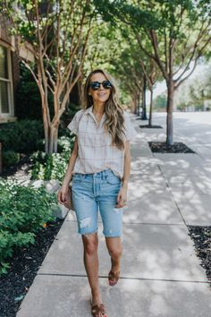 Jumper Shorts Outfit, Bermuda Shorts Outfit, Bermuda Shorts Women, Bermuda Jeans, Shorts Outfits Women, Basic Outfits, Denim Outfit, Short Outfits, Fall Outfits
