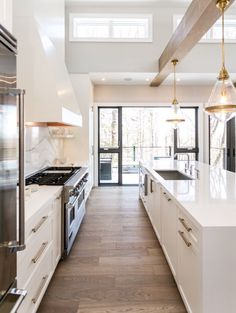 Modern Kitchen Interior Beautiful white kitchen ideas - HGTV - Whether you love all white kitchens or pops of color, open shelving, unique lighting or tile, you'll find lots of beautiful kitchen ideas here! New Kitchen, Kitchen Decor, Kitchen White, Gold Kitchen, Awesome Kitchen, Classic White Kitchen, Rooster Kitchen, Kitchen Wood, Decorating Kitchen
