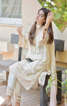 Beautiful Clicks Of Mawra Hocane from Latest Shoot Pakistani Fashion Casual, Pakistani Dress Design, Pakistani Outfits, Asian Fashion, Indian Outfits, Dress Indian Style, Indian Dresses, Indian Wear, Simple Dresses
