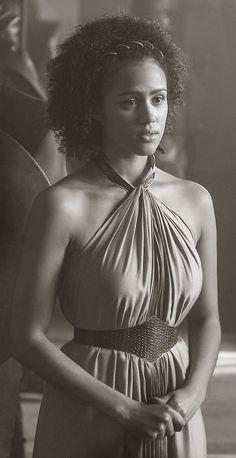 Nathalie Emmanuel, geboren op 2 maart 1989, is een Britse actrice die de rol van Missandei speelt in 'Game of Thrones'. Ze heeft een moeder met Dominicaanse roots en een vader die half St.-Luciaans en Brits is.