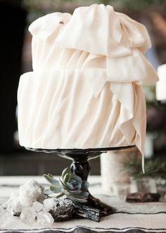 NYC Rustic Modern Wedding Inspiration (romantic vintage rustic cake elegantly iced moss and issac) - Lover. Bow Wedding Cakes, Ivory Wedding Cake, Wedding Cake Designs, Wedding Day, Dream Wedding, Wedding Stuff, Ballet Wedding, 1930s Wedding, Fantasy Wedding