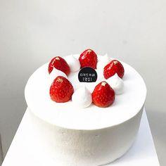. 어제 주문케이크를 요렇게 만들어봤는데 아, 예쁘다 하셔서 오늘 주문케이크도 이렇게 . #당분간은저렇게 . #이렇게요렇게저렇게 . . . #dessert#desserts#dessertgram#instafood#pic#baking#pastry#cake#strawberrycake#strawberry #디저트#디저트그램#인스타푸드#사진#제과#베이킹#케잌#케이크#딸기#딸기케이크#생크림케이크#딸기생크림케이크#주문케이크#옆집