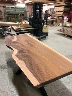 Vor der Auslieferung bekommt der Tisch noch das letzte Finish. Dieser Massivholztisch aus Ulmenholz, mit besonders schöner Farbe und Maserung, bleibt im Salzkammergut. Corner Dining Bench, Elm Tree, Tables, Colour, Nice Asses