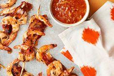 Brochetas de camarones enrolladas en tocino con salsa de chipotle y naranja receta