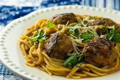 Skillet Spaghetti and Meatballs Recipe - Framed Cooks Wonton Recipes, Pasta Recipes, Crockpot Recipes, Yummy Recipes, Parmesan Meatballs, Crock Pot Meatballs, Terriyaki Meatballs, Bbq Meatballs, One Pot Spaghetti