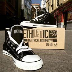 En las #calles de #malaga #fairtrainer #hicut #jetblack #justwhite #sneaker #chucks #vegan #sostenible #fairtrade #algodonorganico #caucho #crueltyfree #modaetica #modasostenible #fashrev #quienhizomiropa #alternativaetica #happycow