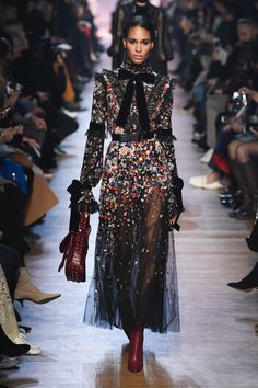 The complete Elie Saab Fall 2018 Ready-to-Wear fashion show now on Vogue Runway. The complete Elie Saab Fall 2018 Ready-to-Wear Elie Saab Couture, Couture Mode, Style Couture, Couture Fashion, Vogue Fashion, Fashion 2018, Runway Fashion, Fashion Dresses, Fashion Trends