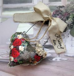 Srdíčko+červené+růže+Šité+srdíčko+sramínkem+z+drátu,+mašlí,+šitými+květy,+ručním+nápisem,+výška+závěsu30+cm.