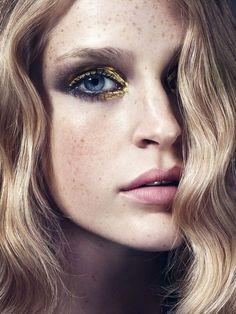 Eye Makeup - Gold and smocked make up. - Ten Different Ways of Eye Makeup Glitter Eye Makeup, Gold Makeup, Hair Makeup, Makeup Eyeshadow, Gold Eyeshadow, Loreal Eyeliner, Liquid Eyeshadow, Glitter Lips, Eyeshadow Palette
