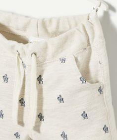 LE BERMUDA ATATA :                     Votre bout'chou va adorer ce bermuda en matière jogging pour un look décontracté et fun !            LE BERMUDA JOGGING, taille élastiquée, cordon, 2 poches, revers, imprimé cactus.