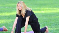Es muss nicht immer das Fitness-Studio sein - Heidi Klum machts vor. Eine Yoga-Stunde im Park erfrischt viel mehr ...