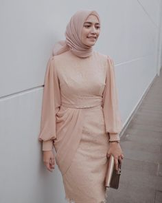 Tips Padu padan Warna Lipstik dan Hijab untuk Tampil Lebih Memesona Dress Brukat, Hijab Dress Party, Hijab Style Dress, Dress Outfits, Dress Muslim Modern, Kebaya Modern Dress, Kebaya Dress, Moslem Fashion, Modest Fashion Hijab