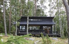 A tour of an idyllic Finnish summer cabin (my scandinavian home) Scandinavian Cottage, Modern Cottage, Cabana, Summer Cabins, Little Cabin, Cottage Plan, Cottage Exterior, Tiny House Cabin, Cabins And Cottages