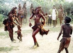 Phụ nữ bộ lạc Himba được cho là đẹp nhất của lục địa đen. Điều thú vị là họ để ngực trần, chỉ quấn một chiếc khăn da bò nhỏ che phần dưới thân thể.