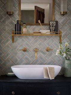 6 Tipps, um Ihre Badezimmer Renovierung Look Amazing 6 Tips to Make Your Bathroom Renovation Look Amazing brush Traditional Bathroom, Patterned Bathroom Tiles, Green Traditional Bathrooms, House Interior, Herringbone Tile, Bathroom Inspo, Bathroom Decor, Beautiful Bathrooms, Bathroom Inspiration