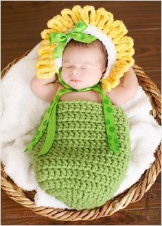 Alejémonos un poco de los almacenes, de las telas sintéticas y del comercio al por mayor y hagámosle algo único y precioso a nuestros chiquitos!! Crochet Baby Props, Crochet Baby Costumes, Crochet Photo Props, Crochet Baby Clothes, Newborn Crochet, Crochet For Kids, Crochet Amigurumi, Crochet Hats, Crochet Baby Cocoon