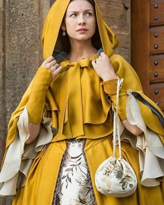 Caitriona Balfe as Claire Fraser in Outlander Costume design by Terry Dresbach 💛 Outlander News, Outlander Season 2, Outlander Tv Series, Outlander Characters, Diana Gabaldon Outlander, Claire Fraser, Historical Costume, Historical Clothing, Historical Romance