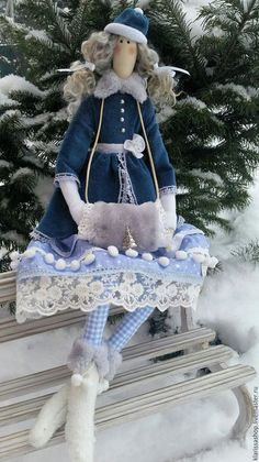 Купить или заказать Снегурочка тильда с муфточкой в интернет-магазине на Ярмарке Мастеров. Новая Снегурочка появилась в морозный снежный денек прямо под елочкой.)) На ней красивое велюровое пальтишко, теплые флисовые сапожки и меховая муфточка. Хочет поселиться в теплом уютном доме. К встрече Нового года готова!