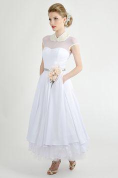 Pó de Arroz | Coleção La Poupée de Papier. Peter Pan collared wedding dress.