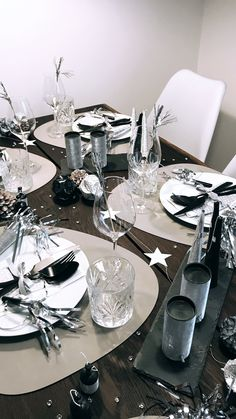 New year's eve party table setting Scandinavian Interior Design, New Years Eve, Kos, Table Settings, Decorations, Party, Christmas, Nordic Christmas, Xmas