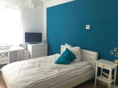 Helles Zimmer mit blauer Wand - Wohngemeinschaft in Köln-Nippes #Wandfarbe #WGKöln #KölnNippes