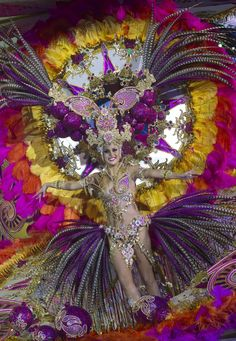 Carnival Queen Election on Canary Islands on Design You Trust – Contestant Guacimara Alfonso performs on stage during the annual carnival queen election gala at Santa Cruz de Tenerife, on the Spanish Canary Island of Tenerife. Carnival Masks, Carnival Costumes, Carnival Ideas, Dark Fantasy Art, Carnaval Tenerife, Spanish Queen, Samba Costume, Showgirl Costume, Brazil Carnival