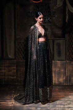 Indian Bridal Sari Couture Week 15 Ideas For 2019 Bridal Sari, Indian Bridal Lehenga, Indian Bridal Wear, Bridal Dresses, Indian Wear, Lehenga Sari, Sabyasachi, Indian Fashion Online, Asian Fashion