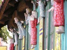 Szopka Olsztyńska- Podczas zwiedzania Olsztyna warto zajrzeć do autorskiej galerii Jana Wewióra. Stojąca tuż przy rynku stuletnia zabytkowa chałupa wiejska