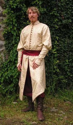 Hungarian clothing       from the beginning of 16th century consists of brocade inner coat and of velvet fur-trimmed upper coat (previous page).