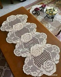 This Pin was discovered by Kar Crochet Placemats, Crochet Table Runner, Crochet Doily Patterns, Crochet Motif, Crochet Doilies, Crochet Lace, Diy Crafts Crochet, Yarn Crafts, Crochet Projects