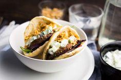 Griekse burgers met tzatziki en gebakken uitje Tzatziki, Hamburgers, Naan, Tacos, Mexican, Ethnic Recipes, Food, Hamburger Patties, Burgers