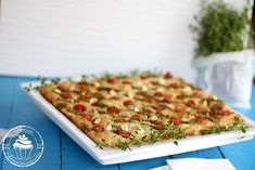 Salty vegetable bars with feta cheese, tomatos and pesto. Date Night Recipes, Savoury Baking, Pesto, Picnic, Bread, Cheese, Vegetables, Food, Food Food